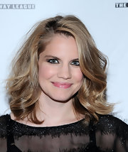 Anna Chlumsky looked gorgeous at the Lucille Lortel Awards with her high-volume face-framing curly 'do.
