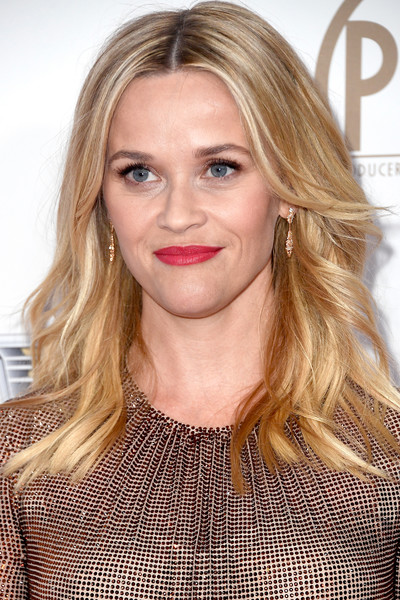 Reese Witherspoon S Feathery Layers Medium Length Haircuts For