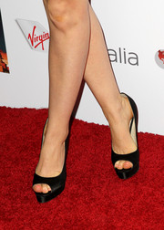 Isla Fisher kept it classic with a pair of black platform peep-toes at the Australians in Film Awards Gala.