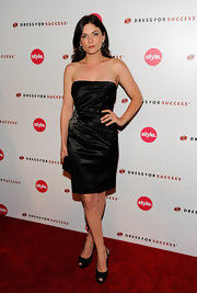 Jodie looked classic and elegant in a strapless satin cocktail dress.