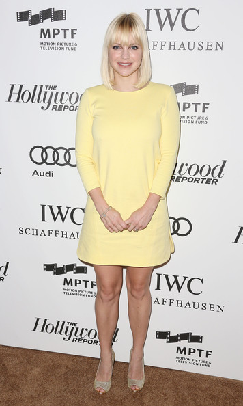 Anna Faris finished off her buttery yellow shift with shimmering gold peep-toe pumps.