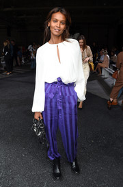 For her arm candy, Liya Kebede chose a black leather purse.