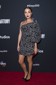 Camilla Luddington worked a vintage Adolfo one-shoulder dress, featuring an abstract print and a voluminous sleeve, at the 'Grey's Anatomy' 300th episode celebration.