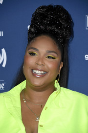 Lizzo turned heads at the 2019 GLAAD Media Awards wearing this high ponytail with a curly pompadour top.