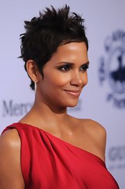 Halle Berry looked absolutely breathtaking in her cranberry red dress. She completed her stunning look with her signature pixie cut.
