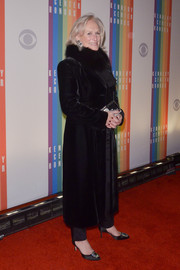 Glenn Close kept warm in luxe style with a black fur coat during the Kennedy Center Honors Gala.