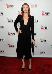 Saffron Burrows sported a strong silhouette, but still looked oh-so-sexy in her long-sleeve LBD, thanks to that plunging neckline.