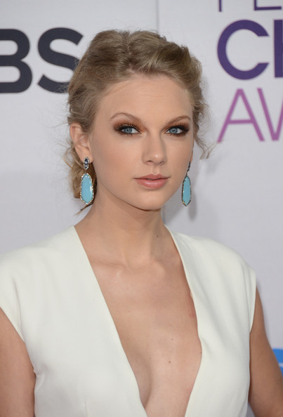 More Pics of Taylor Swift Bobby Pinned Updo (5 of 35) - Bobby Pinned Updo Lookbook - StyleBistro