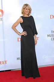 Jenna Elfman already nailed the goddess look by her sheer height alone, but this draped one-shoulder dress sealed the deal!