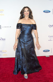 Lynda Carter looked regal in a metallic-blue off-the-shoulder gown at the Gracie Awards.