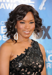 Actress Angela Bassett paired her shoulder length curls with rectangle shaped earrings. The geometric shape added an unexpected touch to her look.