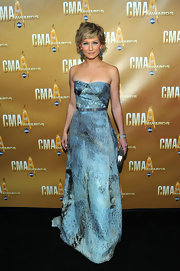 Jennifer wore a floor length strapless Carolina Herrera dress to the CMAs. Her new short do made this look even more sweet and daring.