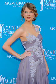 Taylor wore a stunning 25 carat diamond and platinum bracelet with her lavender Marchesa gown.
