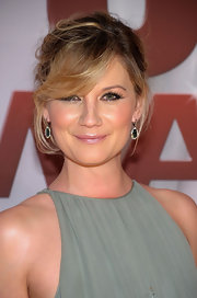 Jennifer Nettles wore her hair in a sweet, bobby-pinned updo with soft, side-swept bangs at the 45th Annual CMA Awards.
