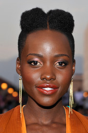 Lupita Nyong'o jazzed up her look with a chic pair of dangling gold earrings by H. Stern.