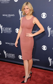 Brooklyn Decker spiced her her fitted mauve dress with pointy black Fall 201 slingbacks.
