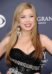 Jeanette McCurdy added some flair to her sparkling dress with chain embellished dangle earrings.