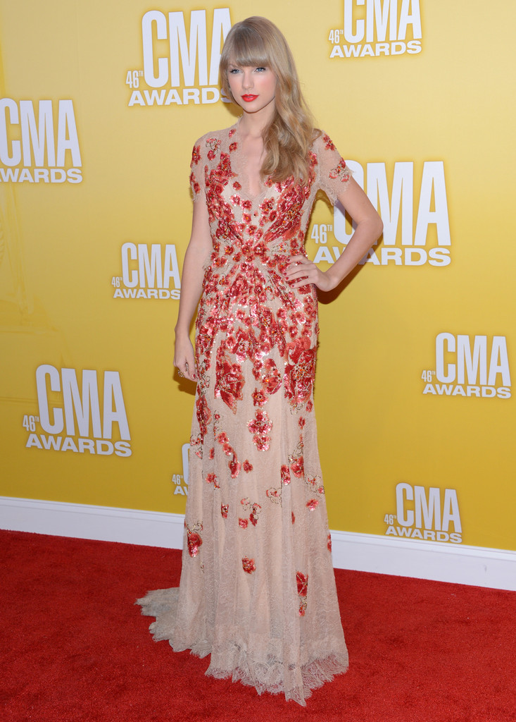 Taylor Swift attends the 46th annual CMA Awards at the Bridgestone Arena on November 1, 2012 in Nashville, Tennessee.