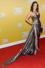All we gotta say is, Brad Paisley is one lucky guy. Look at how stunning Kimberly Williams-Paisley looked in this gold lame' gown on the CMA red carpet. Simply stunning!