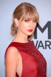Taylor Swift looked heavenly with her romantic chignon at the CMA Awards.
