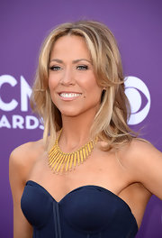 Sheryl Crow chose a choppy layer 'do to show off her bright blonde tresses.