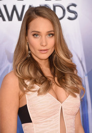 Hannah Davis wore her hair loose with feathery waves during the CMA Awards.