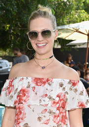 For her earrings, January Jones chose classic gold hoops.