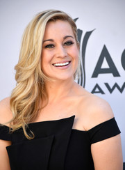 Kellie Pickler sported a gorgeous side sweep at the 2017 ACM Awards.