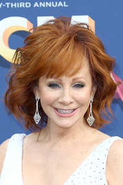 Reba McEntire attended the 2018 ACM Awards wearing her signature wavy bob with wispy bangs.