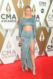 Kelsea Ballerini looked fab in a geometric-patterned teal crop-top by Raisa Vanessa at the 2019 CMA Awards.
