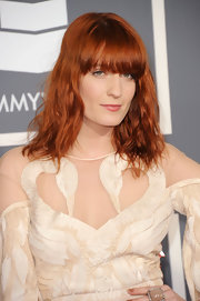 Florence opted for a simple yet chic look on the red carpet with wavy shoulder-length tresses.