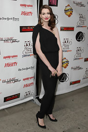 Anne looked so sophisticated in this one-shoulder black jumpsuit teamed with ruby-red lips and low-cut black pumps.