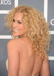 Kimberly Schlapman's long blonde curls were thick and voluminous at the 2013 Grammys.