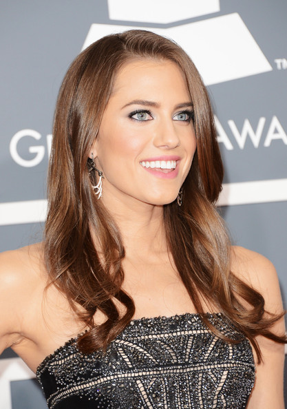 More Pics of Allison Williams Long Wavy Cut (1 of 13) - Long Wavy Cut Lookbook - StyleBistro