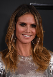 Heidi Klum framed her beautiful face with a center-parted wavy hairstyle for the 2017 Grammys.