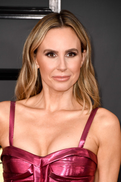 Keltie Knight wore her hair down to her shoulders in a subtly wavy style during the 2017 Grammys.