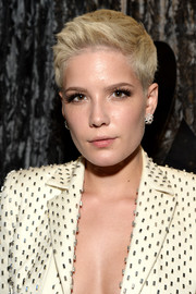 Halsey rocked a stylish boy cut at the 2017 Grammys.
