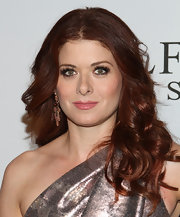 Debra Messing accessorized with a gorgeous pair of spring earrings in 18-carat yellow gold with pink tourmalines.
