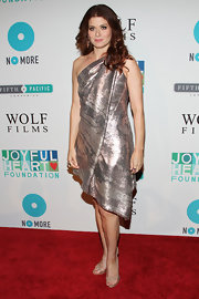Debra Messing looked like a piece of art in this folded single-shoulder metallic dress.