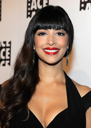 Hannah Simone attended the 62nd Annual Ace Eddie Awards wearing perfectly applied classic red lipstick under a sheer layer of glimmering gold gloss.