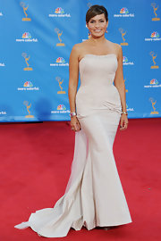 Mariska looked breathtaking at the Emmy Awards in a curve hugging strapless gown.