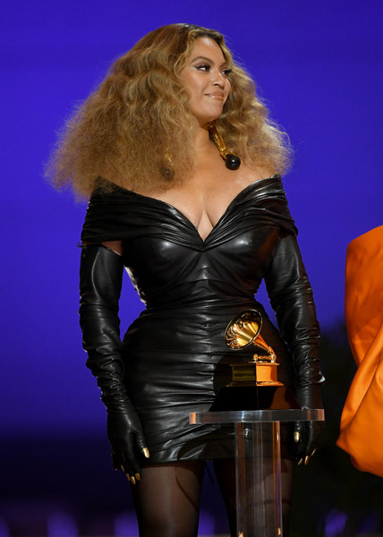 Beyonce Knowles matched her frock with full-sleeve leather gloves, also by Schiaparelli Couture.