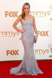 Julia Stiles complemented her lace gray gown with a printed box clutch.