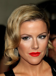 Kathleen Robertson wore a a vibrant orange-red lipstick at the 64th Annual Directors' Guild of America Awards.