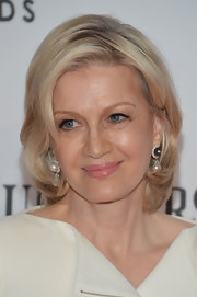 Diane Sawyer styled her short hair in soft waves for the Tony Awards.