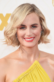 Taylor Schilling looked adorable wearing this wavy bob at the Emmy Awards.