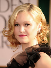Julia Stiles styled her blond locks in soft bouncy curls. Her polish 'do was the perfect complement to her mauve lips.