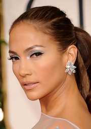 Jennifer Lopez spiced up her natural look with silver metallic shadow. Thick liner on the upper lids finished her look.
