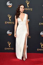 Emmy Rossum kept it understated in this high-slit white V-neck gown by Wes Gordon at the Emmys.