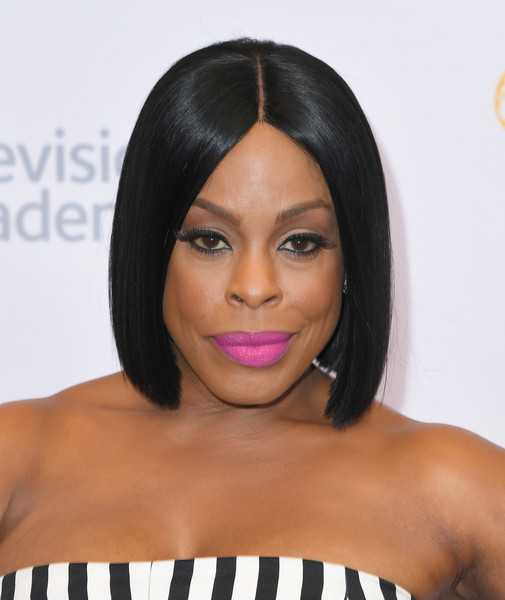 Niecy Nash sported a neat center-parted bob at the 2016 Los Angeles Emmy Awards.